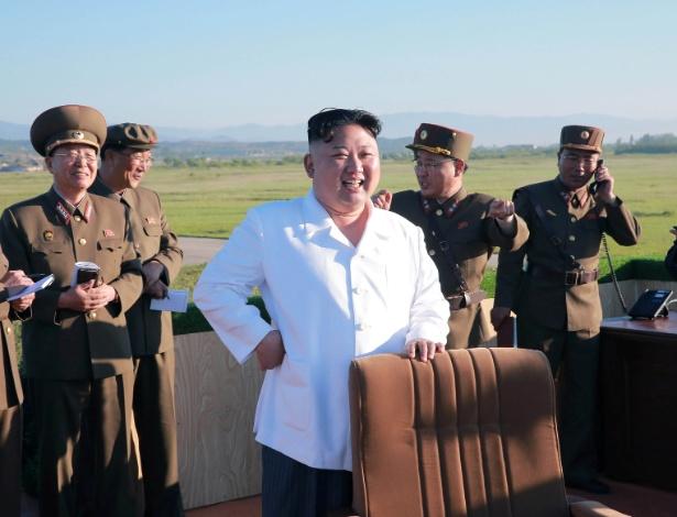 O ditador norte-coreano, Kim Jong-un, observa teste de um novo tipo de defesa antiaérea no domingo (28), em foto divulgada pela agência estatal de notícias