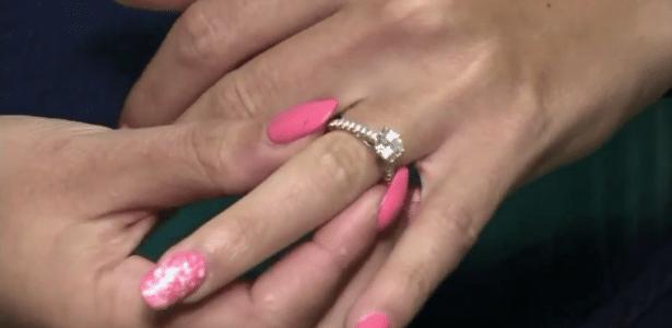Detalhe do anel de diamante