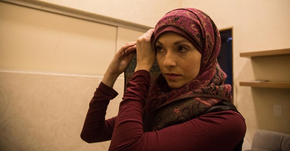 7.jun.2017 - A brasileira e muçulmana Renata Rosa, 37, prepara-se para a celebração da quebra do jejum na Mesquita Brasil, em São Paulo. Os islâmicos de todo o mundo celebram o Ramadã, mês de oração e jejum