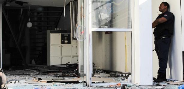 Bandidos explodem caixas eletrônicos de uma agência do Bradesco, na Rua 2 de Maio, no Jacaré, Zona Norte do Rio, na madrugada desta sexta-feira (16)
