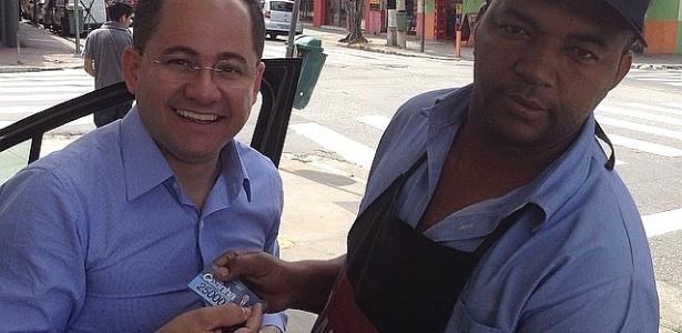 Deputado estadual Cezinha de Madureira (DEM-SP), à esq., entrega santinho a eleitor na campanha em 2014: material impresso por aliado o colocou na lista da JBS