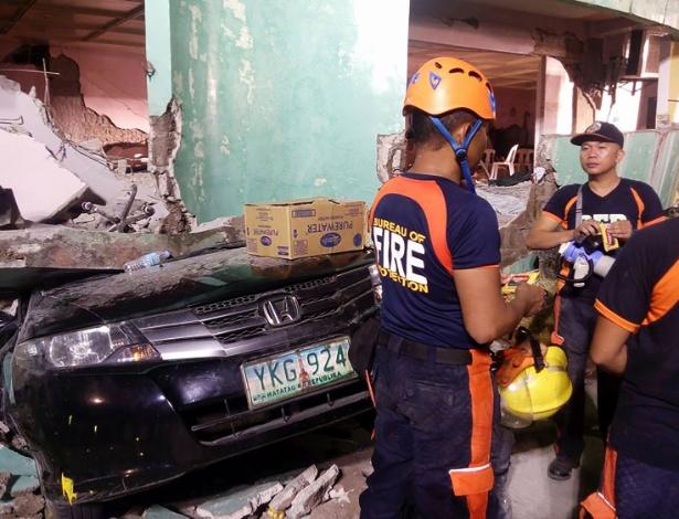 Equipes de resgate trabalham em casa afetada por terremoto na cidade de Kananga