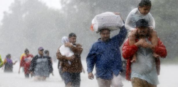 28.ago.2017 - Moradores fogem de região alagada em Houston, Texas - Jonathan Bachman/ Reuters