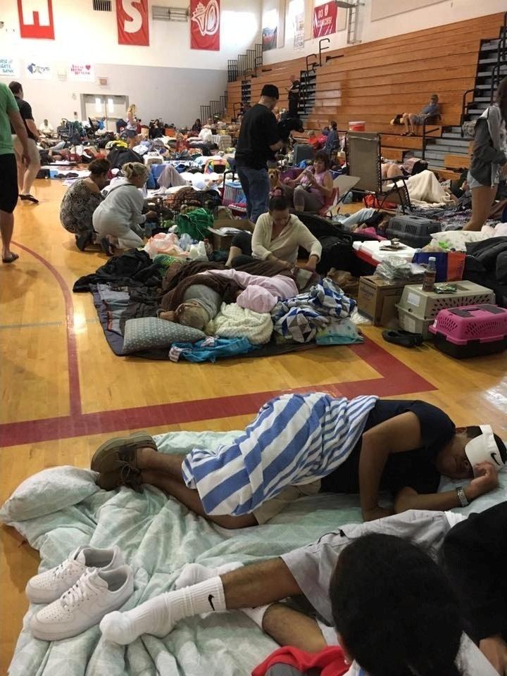 10.set.2017 - Chuvas fortes e ventos do furacão Irma deixaram milhares de pessoas sem luz na Flórida. Na manhã de domingo, Miami tinha árvores caídas e ruas inundadas