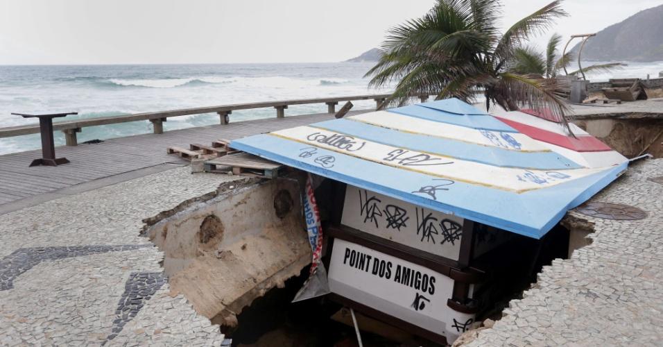 16.out.2017 - Estrago provocado pelo avanço do mar sobre a orla da praia da Macumba engole quiosque na zona oeste carioca