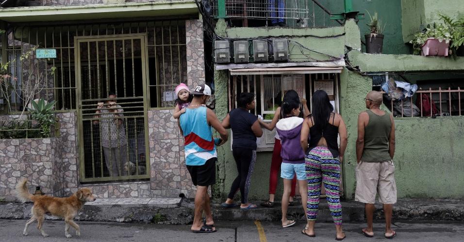 """6.out.2017 - Pessoas apostam dinheiro no jogo de apostas """"Los Animalitos"""" nos arredores de Caracas, Venezuela"""