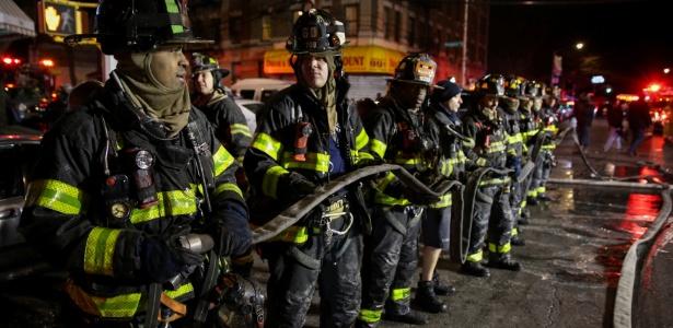 Bombeiros atuam para apagar chamas em apartamento no Bronx, em Nova York, no dia 28 de dezembro