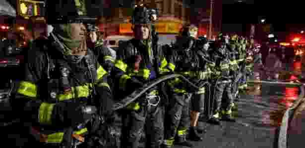 Bombeiros atuam para apagar chamas em apartamento no Bronx, em Nova York, no dia 28 de dezembro - Amr Alfiky/Reuters