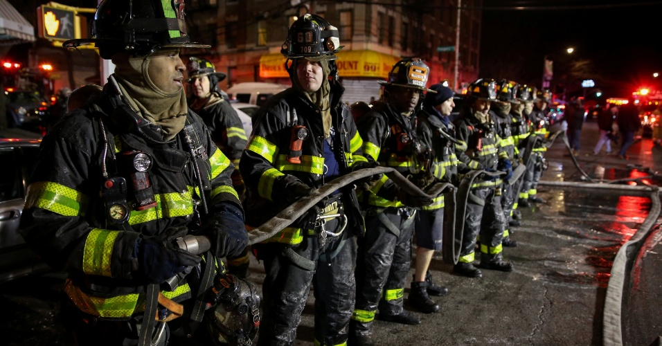 28.dez.2017 - Bombeiros atuam para apagar chamas em apartamento no Bronx, em Nova York. Doze pessoas morreram no acidente