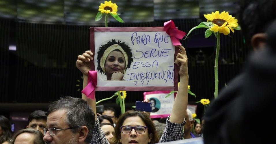15.mar.2018 - Deputados federais e servidores fazem ato no plenário da Câmara dos Deputados, em Brasília, em homenagem à vereadora Marielle Franco (PSOL-RJ), assassinada a tiros na noite da quarta-feira (14)
