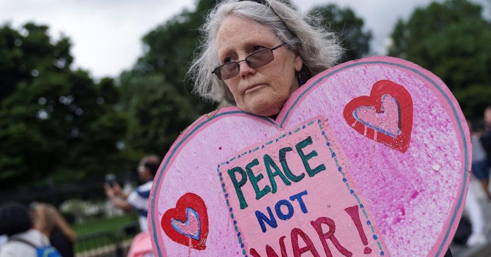 11.jun.2018 - Mulher pede paz durante vigília em frente à Casa Branca, em Washington (EUA), para celebrar a cúpula entre o presidente dos EUA, Donald Trump, e o líder norte-coreano Kim Jong-un