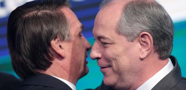 17.ago.2018 - Bolsonaro (e) e Ciro se cumprimentam antes do início do debate da RedeTV!/IstoÉ