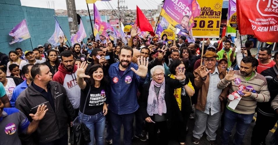 Guilherme Boulos realiza caminhada em Guarulhos, São Paulo, à véspera do primeiro turno das eleições 2018