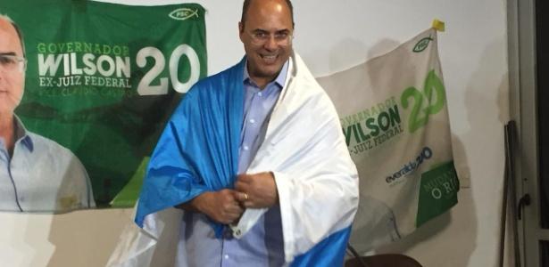 Wilson Witzel foi a entrevista envolto em bandeira do estado do Rio