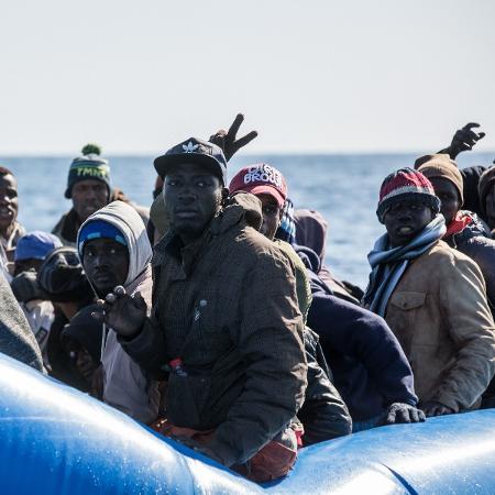 Barco com 47 imigrantes perto da Líbia - FEDERICO SCOPPA / AFP