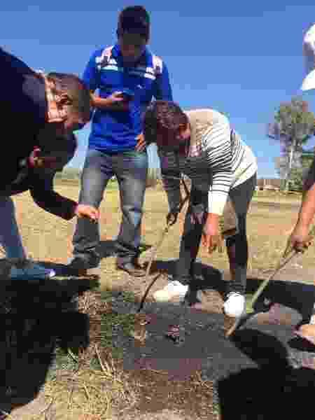 Maria Isabel encontra supostos pedaços de carne humana e de roupa em local de explosão em Tlahuelilpan, no México - Eloísa Farrera