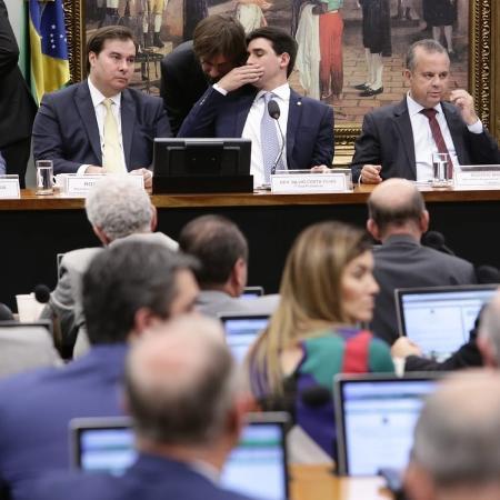 O presidente da Câmara, Rodrigo Maia, (à esq.) durante sessão na comissão especial da reforma Previdência - Bruno Peres/PSL