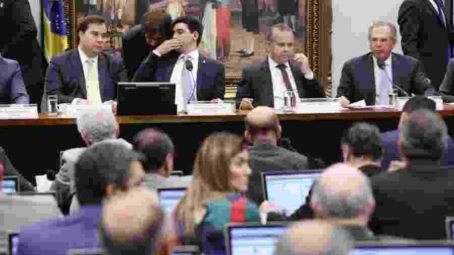 Presidente da Câmara, Rodrigo Maia, (à esq.) se senta à mesa diretora perto de Paulo Guedes, na comissão da Previdência - Bruno Peres/PSL