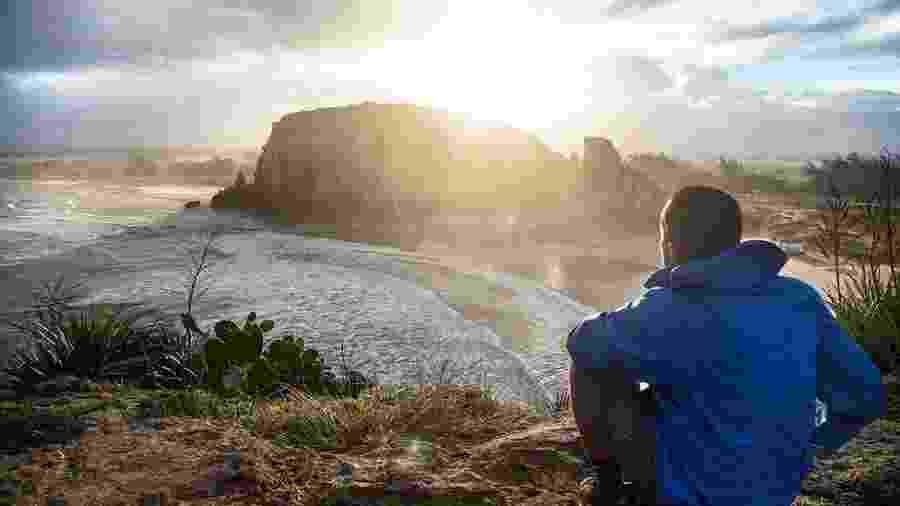 Foto da campanha de marketing da The North Face, com um modelo vestindo jaqueta da marca em frente ao Parque da Guarita, no Rio Grande do Sul - Wikipedia