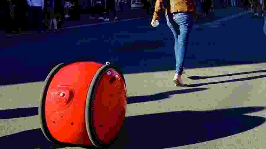 O robô Gita acompanha seu dono a uma certa distância - Divulgação