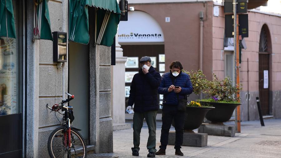 Moradores caminham pelas ruas de Codogno, na região da Lombardia, na Itália - Miguel Medina/AFP