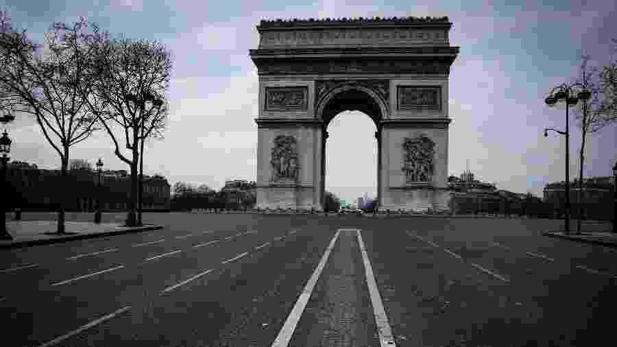 Arco do Triunfo fica vazio em Paris  - JOEL SAGET / AFP