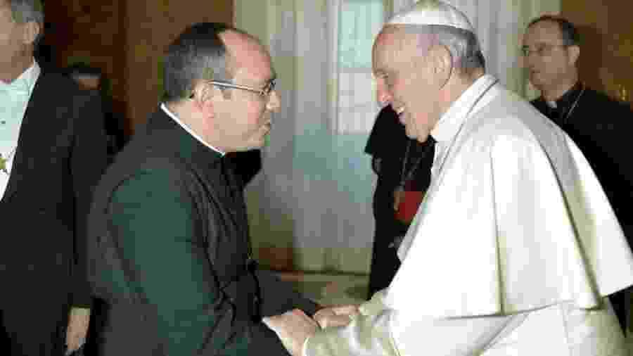 O padre brasileiro Rafhael Maciel, retratado com o papa Francisco; antes do isolamento, o sacerdote trabalhava em missas no Vaticano - Arquivo Pessoal