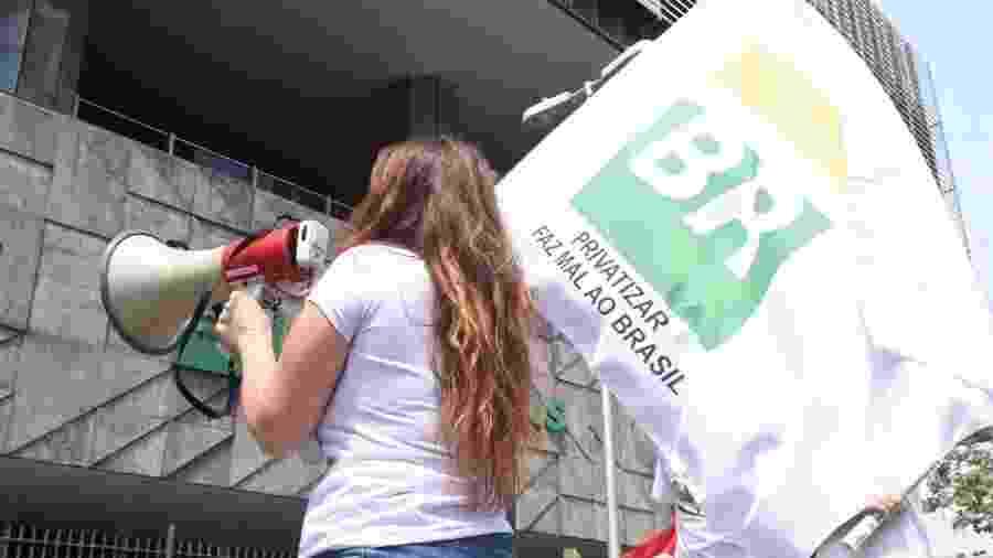 Protesto conta a privatização de parte da Petrobrás, realizado em frente a cede da empresa, na cidade do Rio de Janeiro, neste sábado - Gabriel Bastos/Estadão Conteúdo