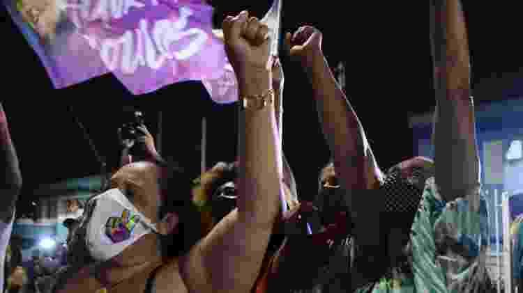 Apoiadores de Guilhereme Boulos em frente à casa do candidato derrotado, no Campo Limpo, onde ele foi mais votado - RONALDO SILVA/FUTURA PRESS/ESTADÃO CONTEÚDO - RONALDO SILVA/FUTURA PRESS/ESTADÃO CONTEÚDO