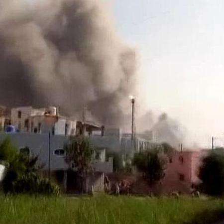 Corpo de bombeiros disse que ao menos cinco caminhões foram enviados para combater chamas no edifício - Reprodução