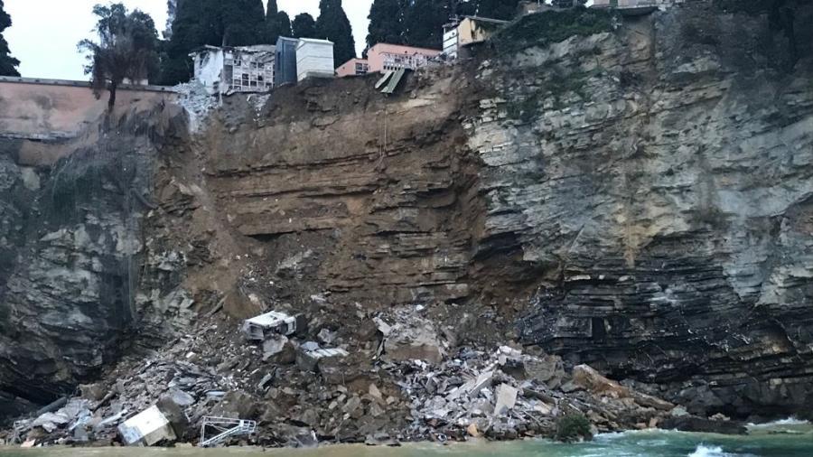 A estimativa é que 200 caixões caíram no mar em razão do deslizamento de terra, na Itália - Reprodução/Facebook/Regione Liguria