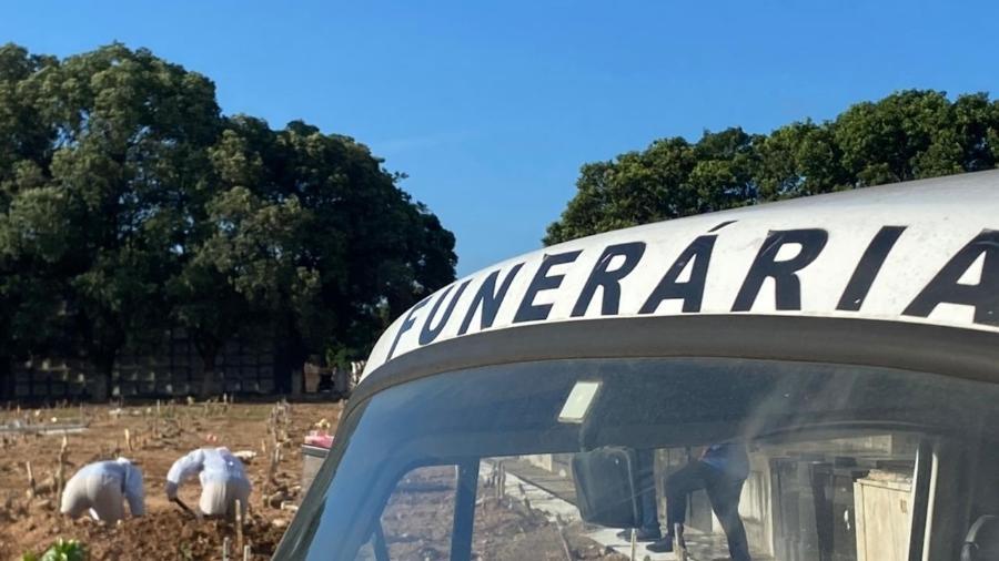 Coveiros preparam cova rasa para sepultamento de vítima de covid-19 no cemitério do Caju, zona norte do Rio - Herculano Barreto Filho/UOL