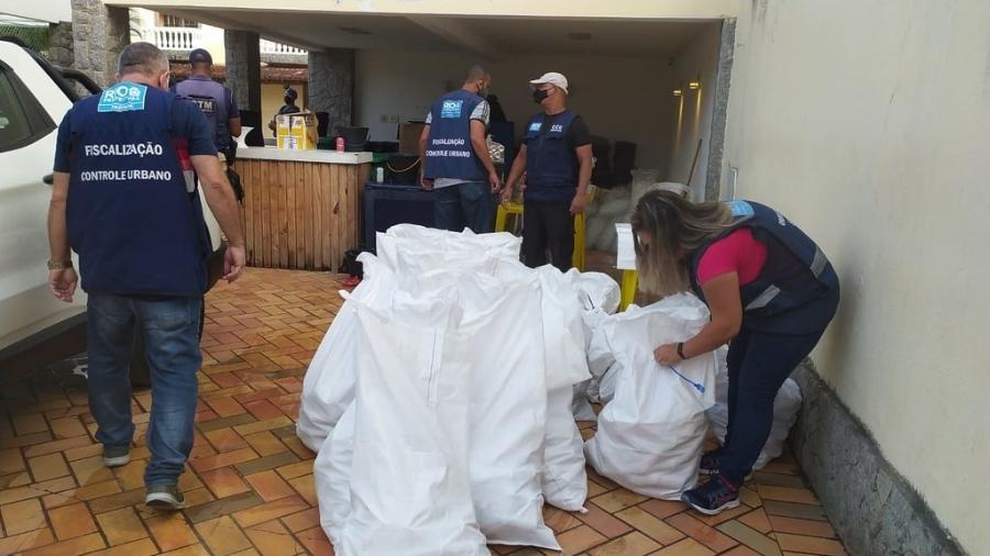 17.abr.2021 - Agentes recolhem material que seria usado em festa no Recreio dos Bandeirantes, zona oeste do Rio - Divulgação/Prefeitura do Rio