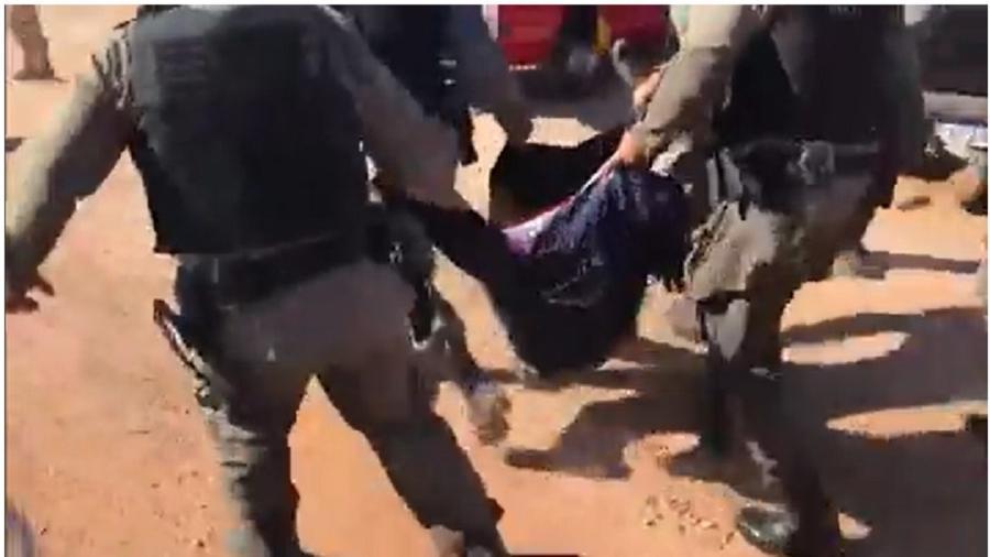 Policiais transportam corpo de Lázaro - Reprodução