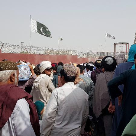 Fronteira entre Afeganistão e Paquistão é tomada por população que busca fugir do Taleban - Abdul Khaliq Achakzai/Reuters