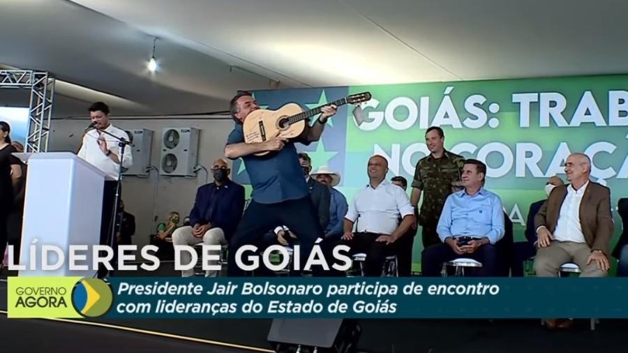 28.ago.2021 - Presidente Jair Bolsonaro segura violão como se fosse um fuzil durante evento em Goiânia - Reprodução/TV Brasil