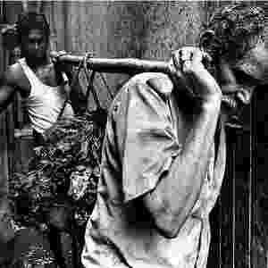 A remoção é um trabalho árduo e as ferramentas para isso são primitivas: as mãos são usadas para levantar o lixo e os ombros, para carregá-lo. Jadhav, que atua nessa função há vários anos, não gosta de falar sobre seu trabalho. Há cicatrizes em seus ombros, provocadas pelas varas de madeira. Questionado sobre sentir dor, ele acena com a cabeça - Sudharak Olwe/BBC