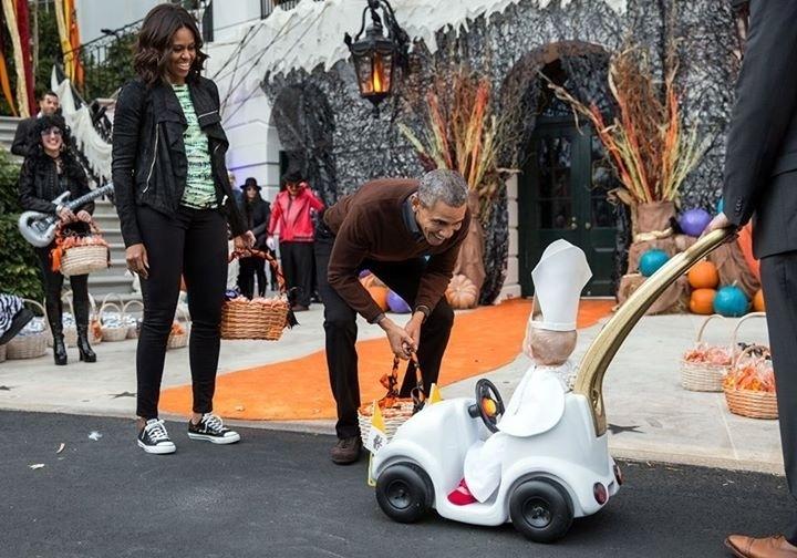 31.out.2015 - O presidente dos Estados Unidos, Barack Obama, brinca com menino vestido de papa Francisco na Casa Branca, em Washington. O garoto foi o ganhador do tradicional concurso de fantasias que acontece durante a festa de Dia das Bruxas na sede do governo norte-americano. A primeira-dama Michelle Obama também participou da celebração