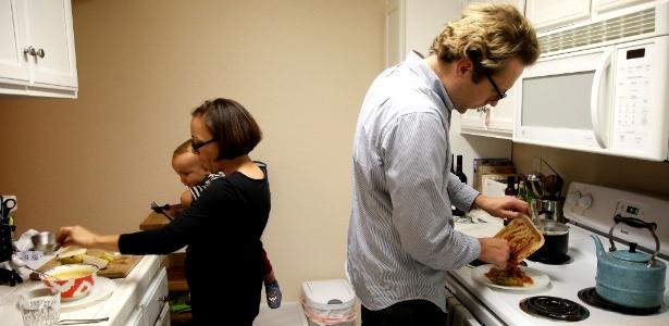 Jakub Zielkiewicz (à dir.) e Aimee Barnes com o filho Roman, de 15 meses, na Califórnia
