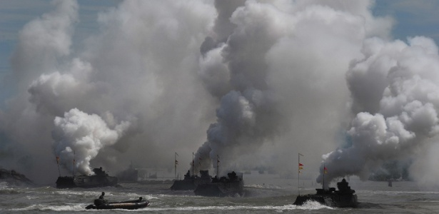 12.dez.2015 - Membros da Marinha da Indonésia participar de treinamento antiterrorismo na costa de Banda Aceh