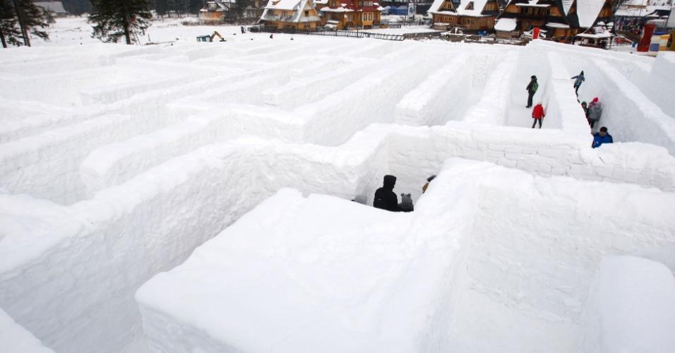 24.jan.2016 - Nesta foto do ultimo sábado (23), pessoas andam por um labirinto feito de 60 mil cubos de gelo em Zakopane, na Polônia. Criação foi feita como tentativa de bater um recorde mundial do Guinness de maior labirinto de gelo do mundo