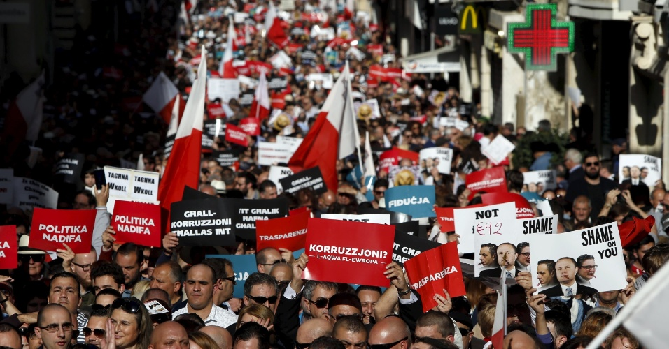 6.mar.2016 - Milhares de pessoas participam de uma manifestação contra a corrupção na capital de Malta, Valletta