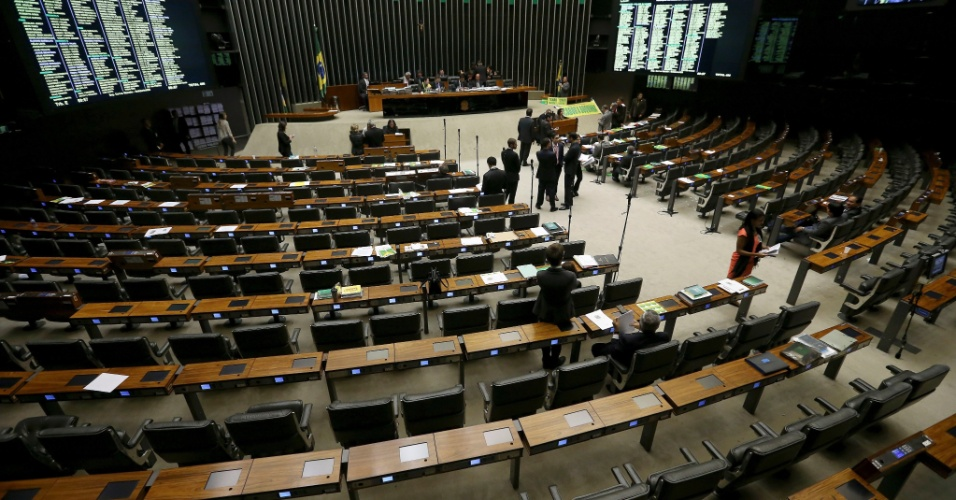 16.abr.2016 - O plenário da Câmara do Deputados, em Brasília, ficou deserto durante sessão que discute se o processo de impeachment da presidente Dilma Rousseff deve ser aceito, na madrugada deste sábado (16)