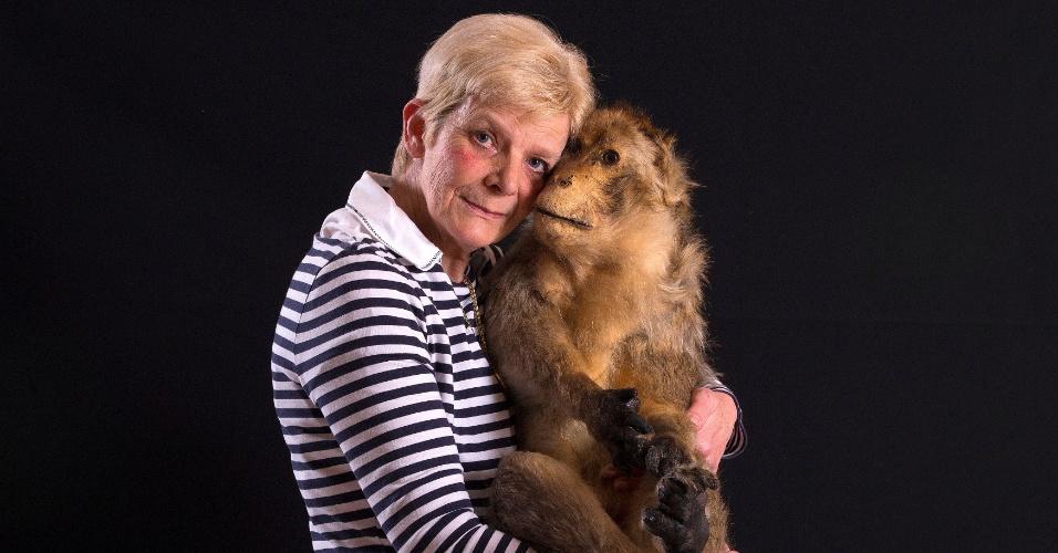 20.mai.2016 - Além de funerais e cremação, a Animatrans também empalha os animais de estimação para os donos. Na imagem, a taxidermista Cathy Vertongen trabalha em um cão morto no seu atelier, em Aalst, na Bélgica