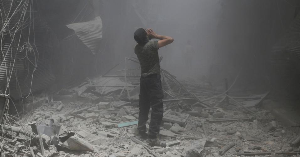 5.jun.2016 - Homem sírio grita sob os escombros de um prédio após ataque aéreo na região de  Bustan al-Qasr, na Síria. O ataque foi comandado por forças governamentais na área controlada por rebeldes