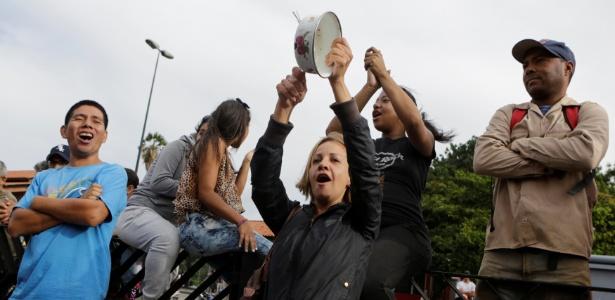 Mulher bate panela durante protesto contra falta de alimentos e contra o governo de Nicolás Maduro, em Caracas, na Venezuela