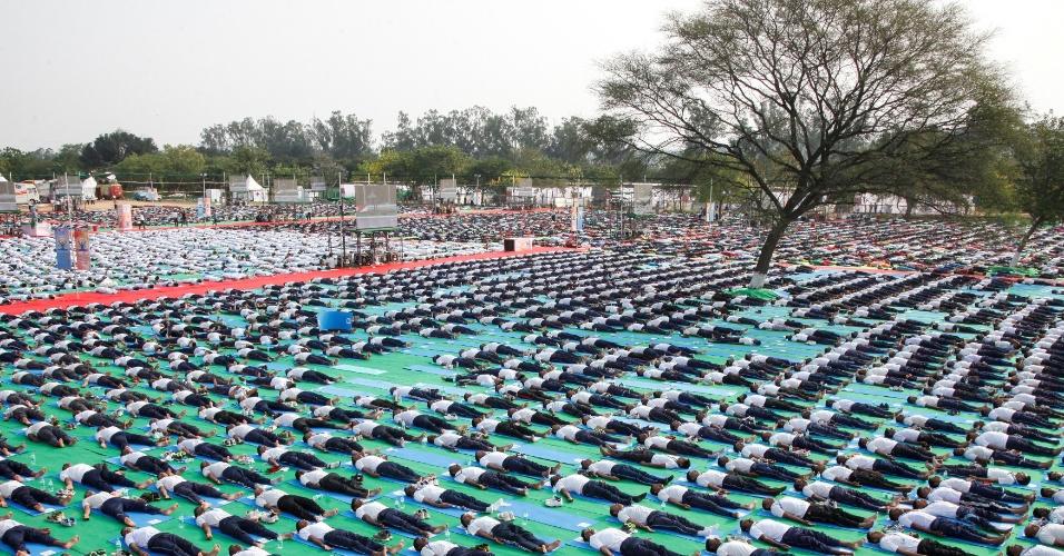 19.jun.2016 - Centenas de pessoas participam em Chandigarh, na Índia, de ensaio para performance coletiva que será apresentada no Dia Mundial do Ioga, no próximo dia 21 de junho