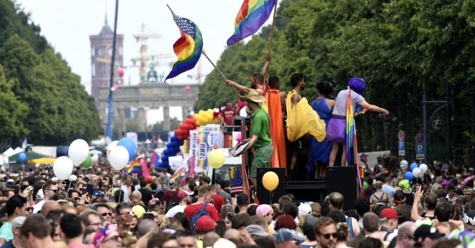 23.jun.2016 - Milhares de pessoas participam de parada gay em Berlim, neste sábado (23). Elas defendem os direitos da comunidade LGBT e protestam contra a discriminação de gênero