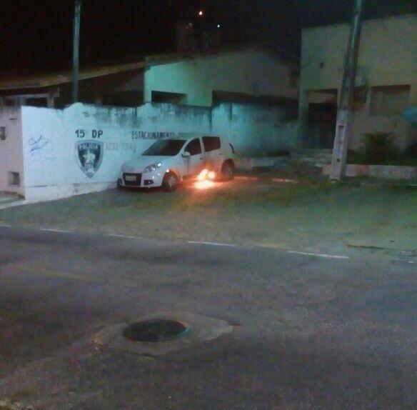 30.jul.2016 - Criminosos atearam fogo em um carro da polícia no 15º Distrito Policial, na zona sul de Natal