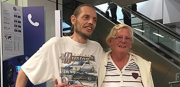Holandês que tomou 'toco' da namorada chinesa volta pra casa e é recebido pela mãe